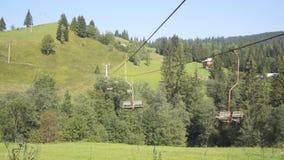 Vecchia cabina di funivia nelle montagne archivi video