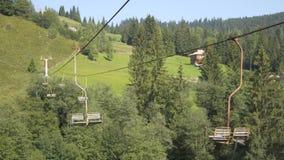 Vecchia cabina di funivia nelle montagne stock footage