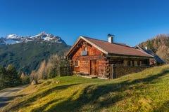 Vecchia cabina di legno della capanna nelle alpi della montagna Fotografie Stock