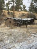 Vecchia cabina estraente nelle montagne fotografia stock libera da diritti