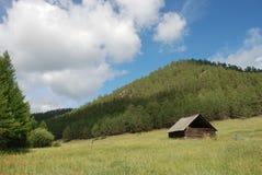 Vecchia cabina in montagne fotografie stock libere da diritti