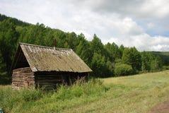 Vecchia cabina in montagne immagini stock libere da diritti