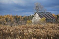 Vecchia cabina nel campo Immagini Stock