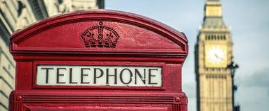Vecchia cabina telefonica rossa britannica iconica Immagine Stock