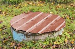 Vecchia caditoia rustica con la tazza metallica dipinta Fotografia Stock Libera da Diritti