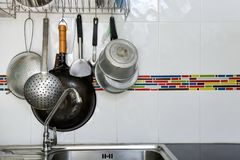 Vecchia caduta dell'articolo da cucina sui precedenti bianchi della parete delle mattonelle fotografie stock