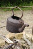 Vecchia caldaia arrugginita sopra fuoco aperto Fotografia Stock Libera da Diritti