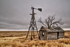 Vecchia Camera abbandonata in un campo vuoto Fotografia Stock Libera da Diritti