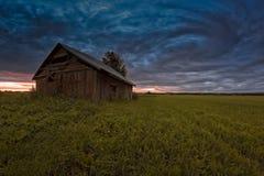 Vecchia Camera del granaio sotto i cieli drammatici di estate Fotografia Stock