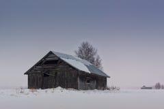 Vecchia Camera del granaio sui campi di Snowy Immagine Stock Libera da Diritti