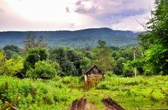 Vecchia Camera del villaggio nelle montagne fotografie stock