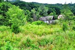 Vecchia Camera del villaggio nelle montagne immagini stock libere da diritti