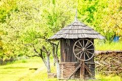 Vecchia Camera di legno del pozzo d'acqua Fotografia Stock