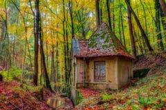Vecchia Camera idilliaca adorabile dell'acqua in autunno fotografia stock libera da diritti