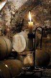 Vecchia candela in una cantina del barilotto di vino Fotografia Stock Libera da Diritti