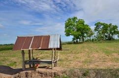 Vecchia capanna dell'agricoltore nel campo secco Immagine Stock Libera da Diritti