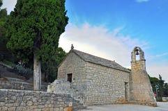 Vecchia cappella nella spaccatura, Croazia Immagini Stock