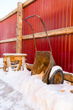 Vecchia carriola con neve Fotografia Stock