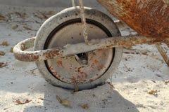 Vecchia carriola di ruota Fotografie Stock