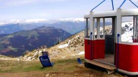 Vecchia carrozza della gondola dell'ascensore della teleferica abbandonata nel panorama di punta della montagna di Monte Baldo vi stock footage