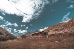 Vecchia carrozza di legno in montagne Immagini Stock