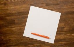 Vecchia carta con la penna sulla Tabella di legno Fotografia Stock