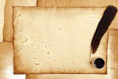 vecchia carta con la piuma e l'inchiostro Immagini Stock Libere da Diritti