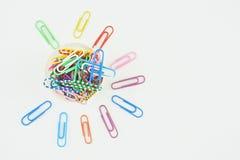 Vecchia carta della clip variopinta in tazza Fotografia Stock