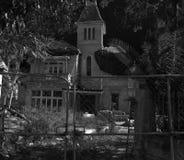 Vecchia casa abbandonata alla notte Fotografie Stock Libere da Diritti