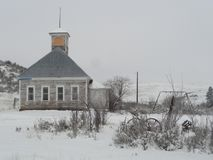 Vecchia casa abbandonata della scuola nell'inverno vicino a McCall, Idaho immagine stock