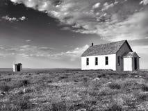 Vecchia casa abbandonata della scuola sulla prateria Fotografie Stock