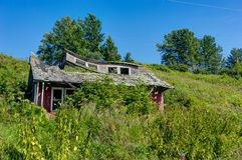Vecchia casa abbandonata di sbriciolatura nell'Alaska, Ninilchik, Kenai Penins Immagine Stock Libera da Diritti