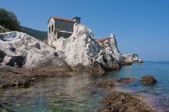 Vecchia casa abbandonata su un mare Fotografia Stock Libera da Diritti