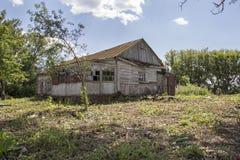 Vecchia casa abbandonata in un villaggio Fotografie Stock