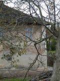 Vecchia casa abbandonata in villaggio Fotografie Stock