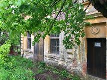 Vecchia casa abbandonata in villaggio serbo A sud-est della Serbia fotografia stock libera da diritti