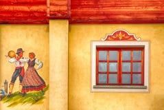 Vecchia casa alpina con la finestra e l'affresco Immagine Stock Libera da Diritti