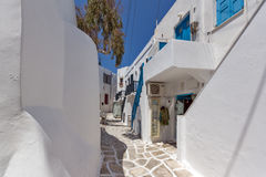 Vecchia casa bianca nella città di Naoussa, isola di Paros, Grecia fotografie stock