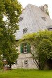 Vecchia casa con gli alberi Fotografie Stock Libere da Diritti