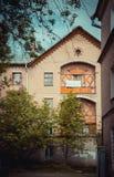 Vecchia casa con i balconi Fotografie Stock Libere da Diritti