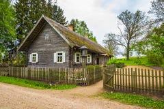 Vecchia casa con il recinto Fotografia Stock