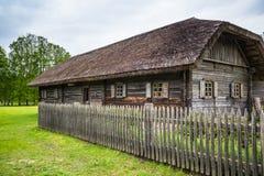 Vecchia casa con il recinto Fotografie Stock