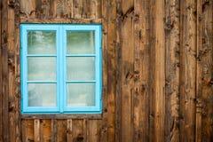 Vecchia casa con la finestra blu Immagini Stock