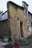 Vecchia casa con la parete rotta Fotografia Stock Libera da Diritti