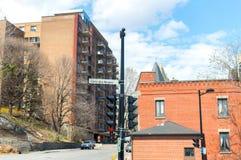 Vecchia casa con le finestre enormi a Montreal del centro sulla via Cote-DES-Neiges Immagini Stock Libere da Diritti