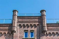 Vecchia casa con mattoni a vista contro cielo blu Fotografia Stock