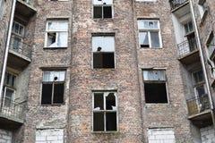 Vecchia casa con mattoni a vista rossa con le finestre rotte, precedente ghetto ebreo a Varsavia fotografia stock
