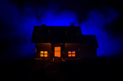 Vecchia casa con un fantasma nella notte illuminata dalla luna o Camera frequentata abbandonata di orrore in nebbia, vecchia vill Fotografia Stock