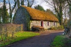 Vecchia casa del cottage nella sosta delle gente di Bunratty Immagini Stock