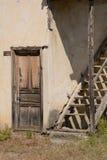 Vecchia casa del villaggio di Trukish con una porta d'angolo e una scala Immagine Stock Libera da Diritti